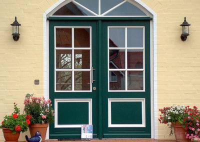 Hauseingang mit Tür mit Rundbogen