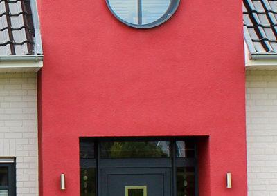 Eingang mit rotem Giebel