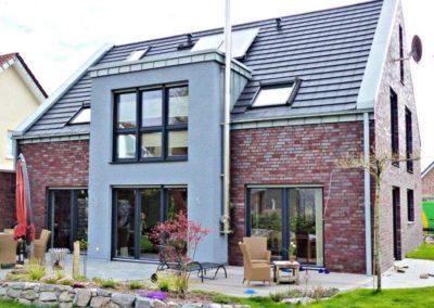 Satteldachhaus mit flachen Dachziegeln